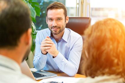 Agent immobilier en rendez vous avec des clients